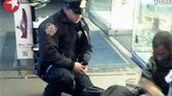 警察为流浪汉买鞋 感动世界