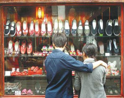 近日,苏州山塘街一家工艺鞋店橱窗里摆放着多种富有浓郁民俗文化