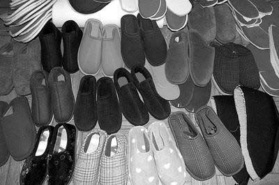 宁波象山一妇女免费赠送手制棉鞋