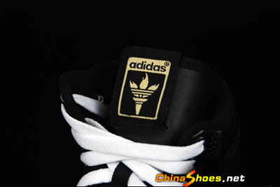 原来鞋舌上还有阿迪达斯三叶草Logo变形出来的火炬呢!真是漂亮!-