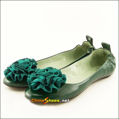 今夏亮丽十足的光泽系美丽鞋子是必选款式,第一眼看上去是可爱