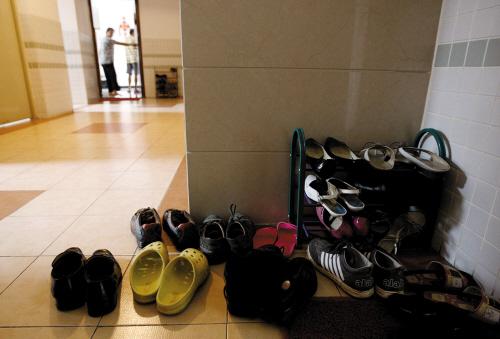 """""""现在天气热,鞋子"""