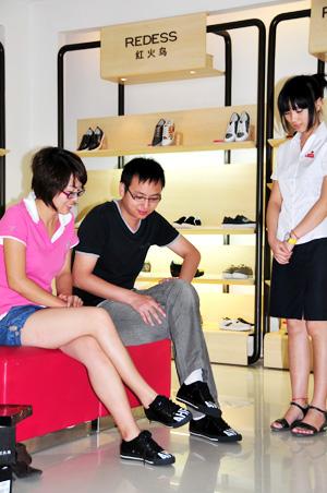 情侣 红火/一对情侣在试穿红火鸟情侣鞋...