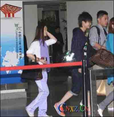 李宇春骚穿粉鞋 出机场猛男护
