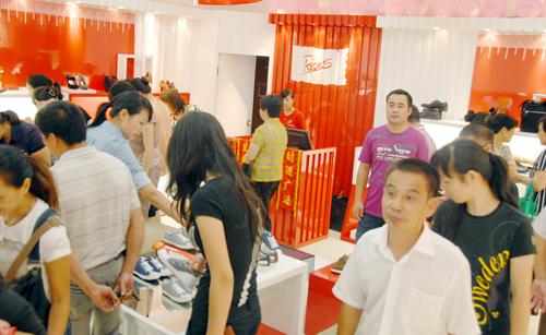 集装箱 终端 红火 打造/消费者簇拥在店内选鞋