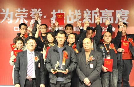 国辉(国辉专卖店)公司总裁丁国斯携手公司设计团队,品牌团队及市场