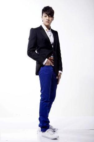 西装+休闲裤+白色帆布鞋的混搭风格令人眼前一亮