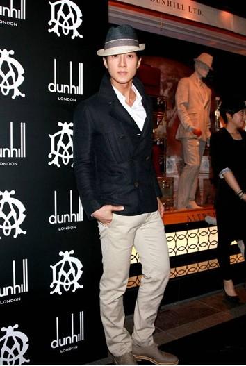 吴尊穿着黑色外套卡其色休闲裤