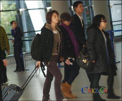蔡依林穿流苏靴素颜现身机场 工作人员怒指记者