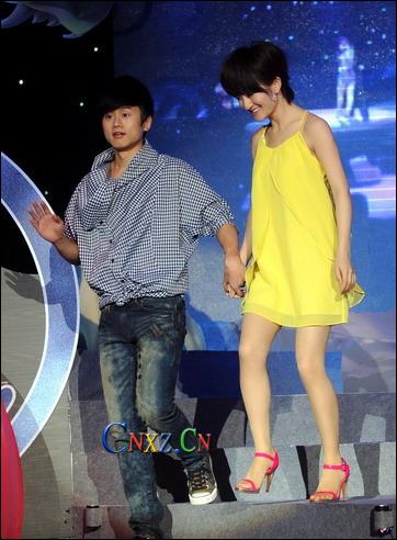 谢娜穿亮黄色短裙凉鞋和张杰同台代言