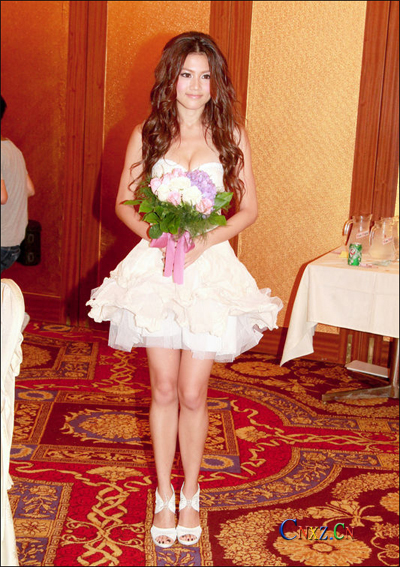 周秀娜婚纱洋装高跟鞋现身抢镜 酥胸隐现高调抢镜