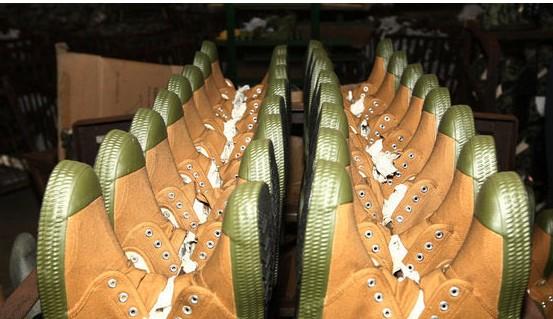 在欧美的终端市场,一双解放鞋已经卖到了近80美元,可与国际品牌耐克、阿迪达斯等品牌抗衡媲美.
