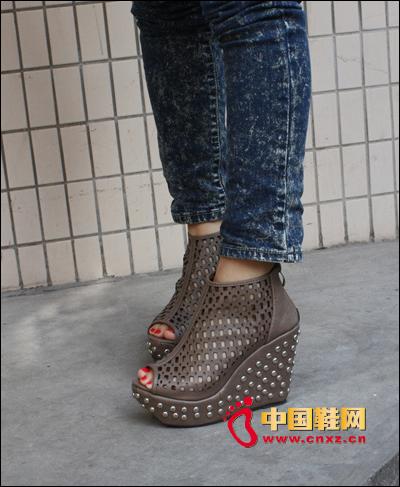 的缕空设计铆钉坡跟凉鞋 超性感的 而且穿上无敌的舒适-春夏必备潮