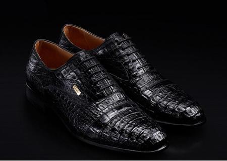 男生手工制作鞋子