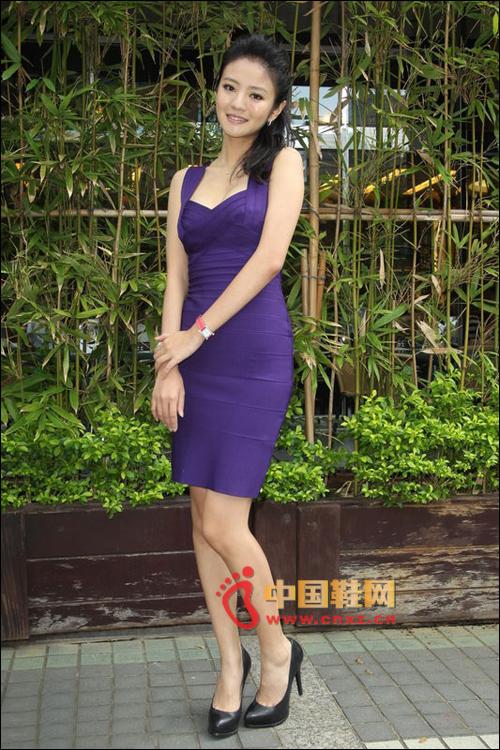 安以轩穿着紫色的紧身短裙配黑色高跟宣传新《水浒》