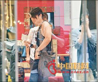 吴建豪专注香港街头步入鞋店现身挑鞋宋视频v鞋店图片