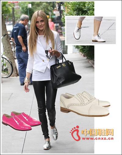 银色的鞋子搭配紧身裤