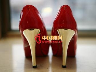 一双红色鞋子可以搭配出多种不同的效果