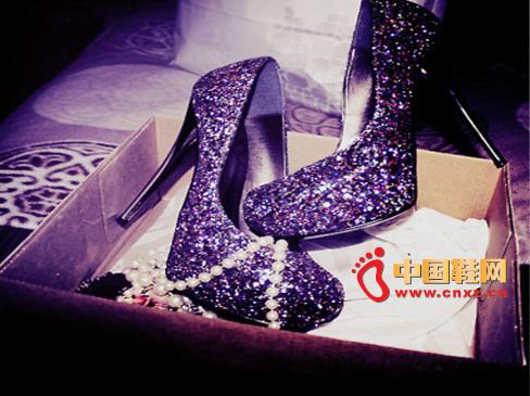 紫色高跟鞋   黑色服装