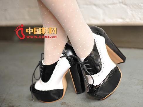 这款黑白色拼接的粗高跟鞋十分惹眼