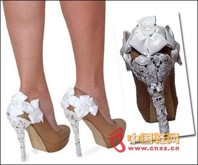白色蕾丝花朵装饰高跟鞋
