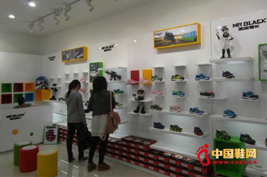 顾客正在选鞋
