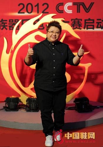 韩红身穿黑色休闲鞋服出席大赛启动仪式图片