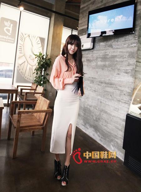 橘黄色雪纺衬衫搭配高叉铅笔裙,衬衫的袖口处收口设计很美