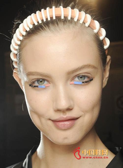 发型师sam mcknight将chanel品牌代表性的珍珠纽扣加入