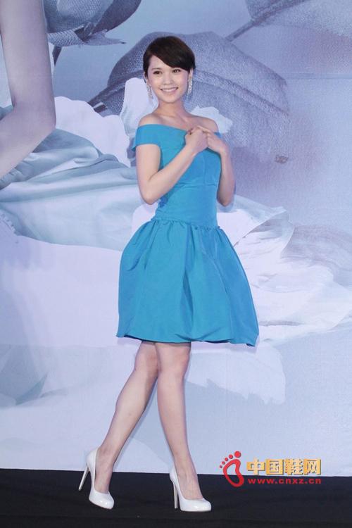 杨丞琳蓝裙搭高跟鞋现身
