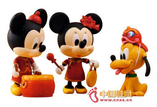 """【中国鞋网-风尚奢品】也许是受日本萌物袭击影响,动画界老大迪士尼觉得""""半大人""""比例的米奇虽然动作灵活,但总是比不上那些呆头呆脑的动物(如KITTY)萌。于是今年大力发展Q版的米奇和其他迪士尼角色,两头身确实可爱很多。中国新年版本历年都会推出,今年不例外,由香港品牌威龙推出PLAY BUDDIES系列,帮米奇米妮穿上中国传统贺年服装,一个敲锣一个打鼓好不热闹,最有趣是米奇的宠物布鲁图头顶着一个迷你狮子头,""""一家三口""""尽享过年快乐气氛!"""