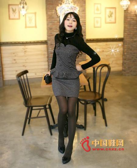 短裙+高跟鞋 娇小美女穿出修长美腿