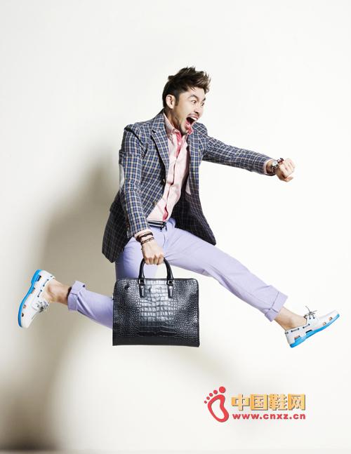 卢宏哲携手女模为代言的休闲鞋品牌拍摄写真